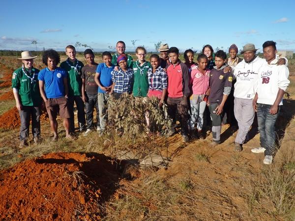 Les scouts et les élèves du centre de formation agricole de Kélilalina en 2016