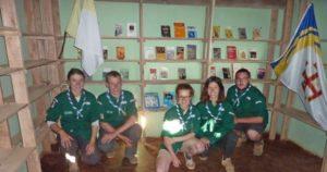 Les scouts livrent la bibliothèque qu'ils ont confectionnée