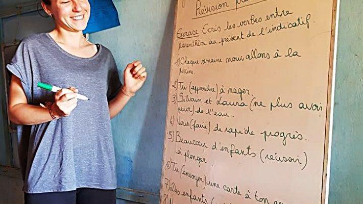 Julia donne un cours de français