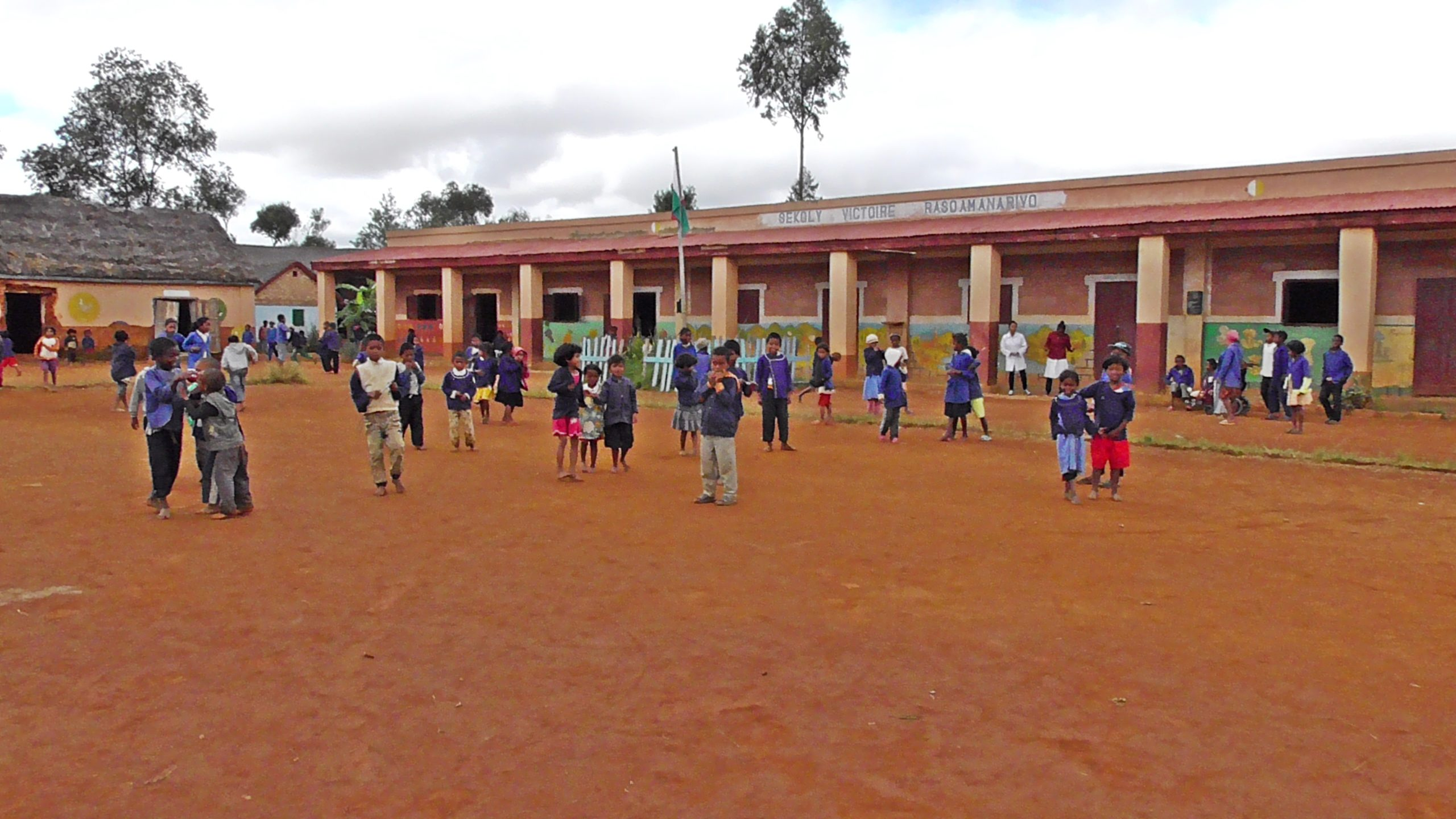 Ecole Ambatolampikely et son préau